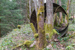 从水管道的一支唯一老生锈的铁管在森林里 图库摄影