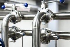 管道系统从不锈钢的与球形阀 免版税库存图片
