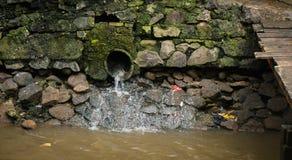 水管道结果在雅加达拍的肮脏的运河照片印度尼西亚 免版税库存图片