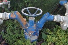 水管锁 水管和切断金属阀门 免版税库存图片