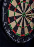 箭在掷镖的圆靶的中心 图库摄影