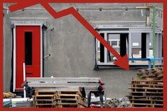 箭头向下房子趋势 免版税库存图片