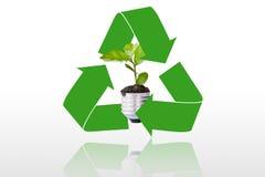 箭头周围的绿色t的回收的符号 免版税库存照片