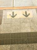 箭头标志对出口的黄色箭头方向点 免版税库存图片