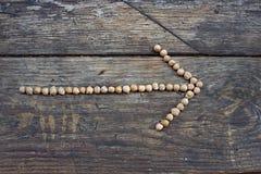 箭头标示用豌豆作为方向的征兆到一种健康生活方式的 库存图片