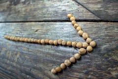 箭头标示用豌豆作为方向的征兆到一种健康生活方式的 库存照片