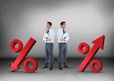 箭头百分比用与看在相反方向的商人的不同的方向 图库摄影