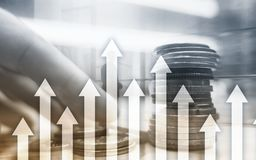 箭头的成长在未来派抽象背景 对成长的投资或储款金钱或企业概念 免版税库存照片
