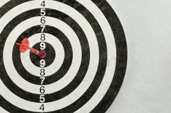 箭头在飞镖的10点的中心 免版税图库摄影
