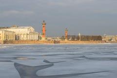 箭头Vasilevsky海岛在一个2月早晨 大教堂圆屋顶isaac ・彼得斯堡俄国s圣徒st 库存照片