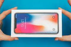 箱中取出一个新的苹果计算机Iphone x旗舰智能手机 库存照片