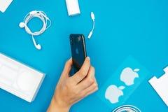 箱中取出一个新的苹果计算机Iphone x旗舰智能手机 库存图片