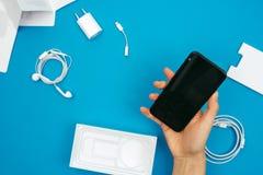 箱中取出一个新的苹果计算机Iphone x旗舰智能手机 图库摄影
