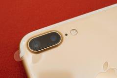箱中取出两摄象机镜头和塑料f的IPhone 7正双重照相机 库存照片