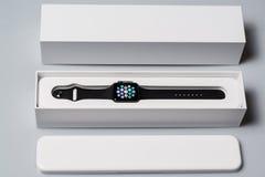 箱中取出新的苹果计算机手表 免版税图库摄影