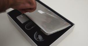 箱中取出的新的苹果计算机赞成MacBook 影视素材