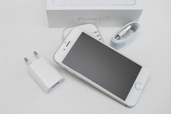 箱中取出的新的苹果计算机iPhone 6S智能手机 免版税图库摄影