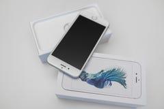 箱中取出的新的苹果计算机iPhone 6S智能手机 图库摄影