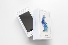 箱中取出的新的苹果计算机iPhone 6S智能手机 库存照片