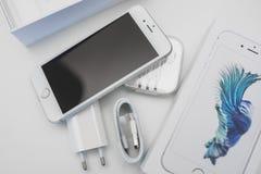 箱中取出的新的苹果计算机iPhone 6S智能手机 免版税库存照片