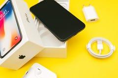 箱中取出的苹果计算机Iphone x旗舰智能手机 库存图片