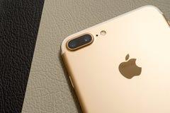 箱中取出IPhone 7正双重的照相机-最佳的智能手机照相机 免版税库存照片