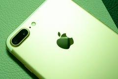 箱中取出IPhone 7正双重的照相机-最佳的智能手机照相机 库存照片