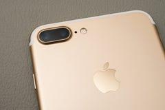 箱中取出IPhone 7正双重的照相机 免版税库存图片