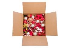 箱五颜六色的圣诞节装饰品 免版税库存照片