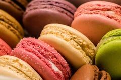 箱多彩多姿的法国蛋白杏仁饼干 免版税图库摄影