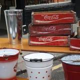 箱子可口可乐和百事可乐在一个跳蚤市场上在Colambia路 库存图片