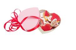 箱子和曲奇饼在心脏的形状与在白色背景隔绝的红色丝带与裁减路线,情人节 图库摄影