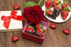 箱子用鲜美巧克力浸洗了草莓和玫瑰在桌上 日s华伦泰 图库摄影