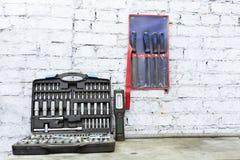 箱子的特定工具汽车机械师 在桌上的谎言 文件 库存图片