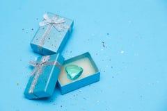 箱子的顶视图栓与在tiffany蓝色柔和的淡色彩背景的丝绸丝带 库存照片