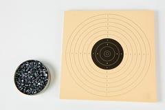 箱子药丸500个片断气枪和运动的纸目标的 免版税库存照片