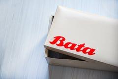 箱子鞋子巴塔商标横幅和红色字词 库存照片