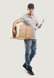 箱子,包裹的传讯者手 免版税图库摄影