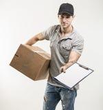 箱子,包裹的传讯者手 免版税库存图片