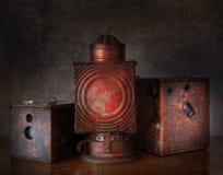 箱子Camerad和油暗房灯 图库摄影