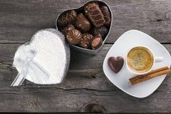 箱巧克力,咖啡在木背景的 上面竞争 免版税库存照片