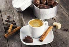 箱巧克力,咖啡在木背景的 库存照片