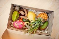箱异乎寻常的果子 健康吃节食的包裹 Pitahaya, 免版税库存图片
