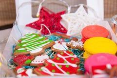 箱手工制造圣诞节的曲奇饼 免版税库存照片