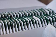箱有绿色标签的茶袋在上面 免版税库存照片
