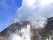 箱根在日本 Owakudani是与活跃硫磺出气孔和温泉城的地热谷在箱根 免版税库存照片