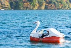 箱根,日本- 2017年11月5日:一艘游船的看法以一只天鹅的形式在Ashi河 复制文本的空间 免版税库存图片