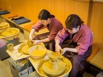 箱根,日本- 2017年7月02日:亚裔妇女在泥罐特写镜头雕刻 雕塑黏土特写镜头 做船的妇女 免版税库存照片