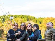 箱根,日本- 2017年11月5日:做在自然背景的一个小组游人selfie  复制文本的空间 免版税库存照片
