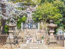 箱根,日本- 2017年7月02日:关闭一个扔石头的雕象在hanami公园在樱花季节期间在京都 免版税库存图片